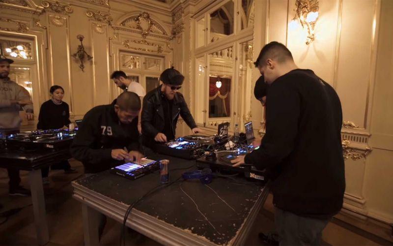 Ein Scratch-Ensemble aus 40 DJs