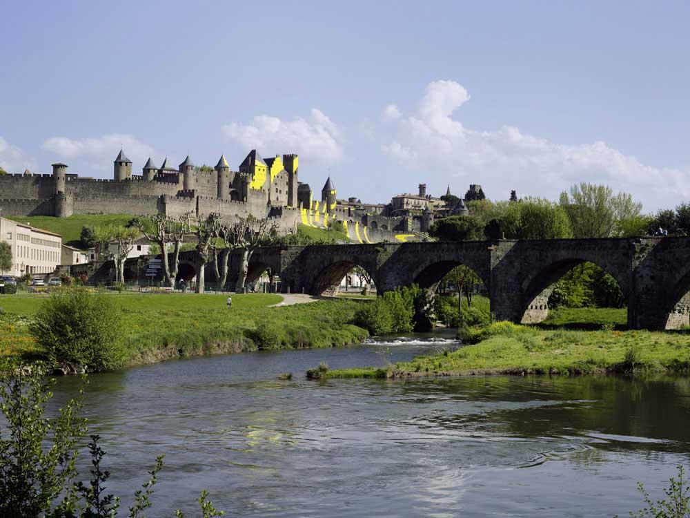 Carcassonne ist jetzt eine gelbe Zielscheibe Felice-Varini_Concentric-Concentric_09