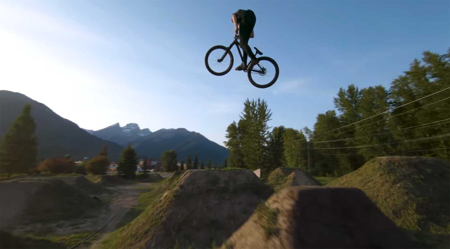 Mountainbiking mit Drohnen-Verfolgung