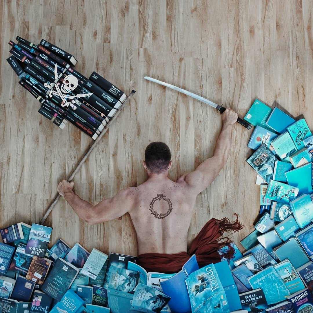 James Trevino macht tolle Selbstportraits mit seinen Büchern