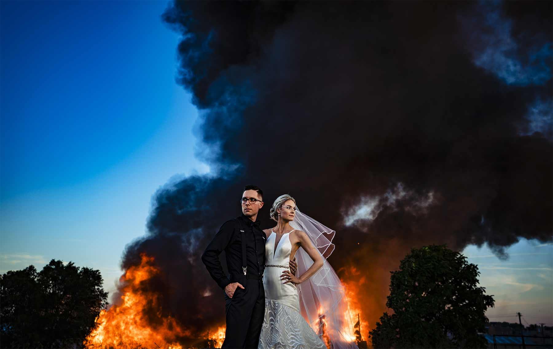 Gebäudebrand spontan für Hochzeitsfotoshooting genutzt