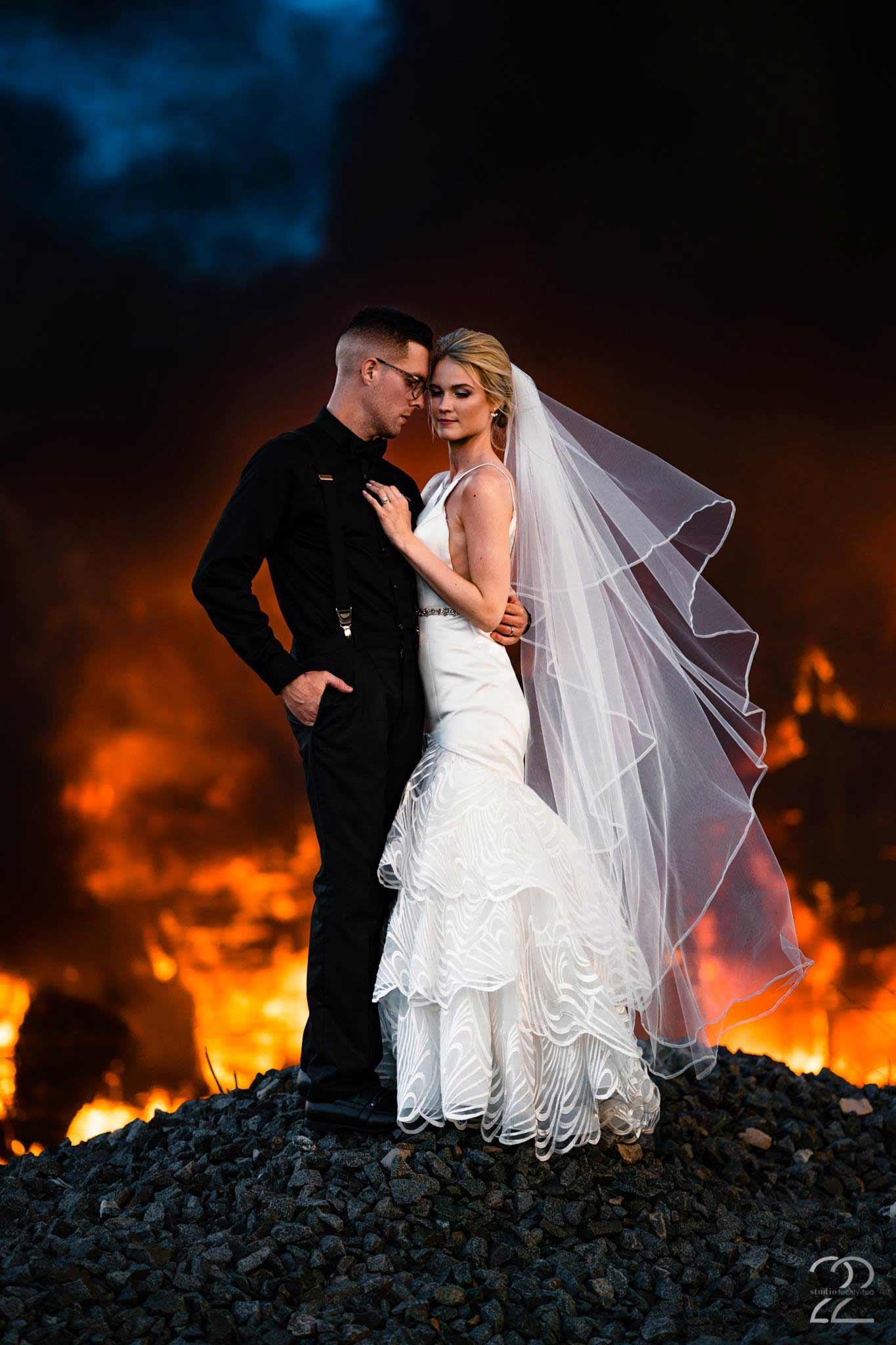 Gebäudebrand spontan für Hochzeitsfotoshooting genutzt Megan-Allen-studio22-photography_feuer-hochzeitsshooting_01