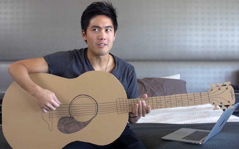 Ryan Higa spielt Pappgitarre und parodiert Bohemian Rhapsody