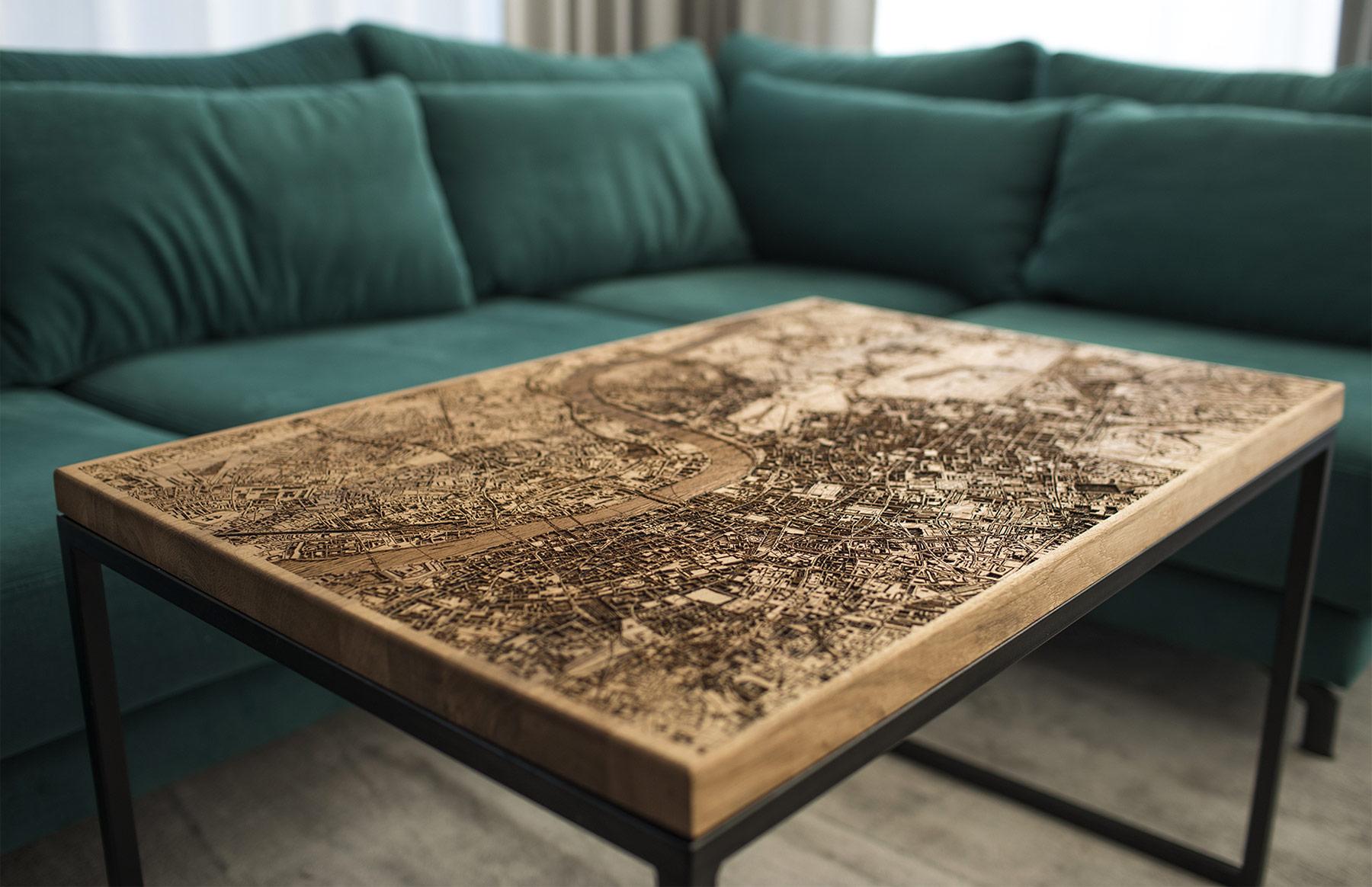 Tische mit eingravierten Stadtkarten