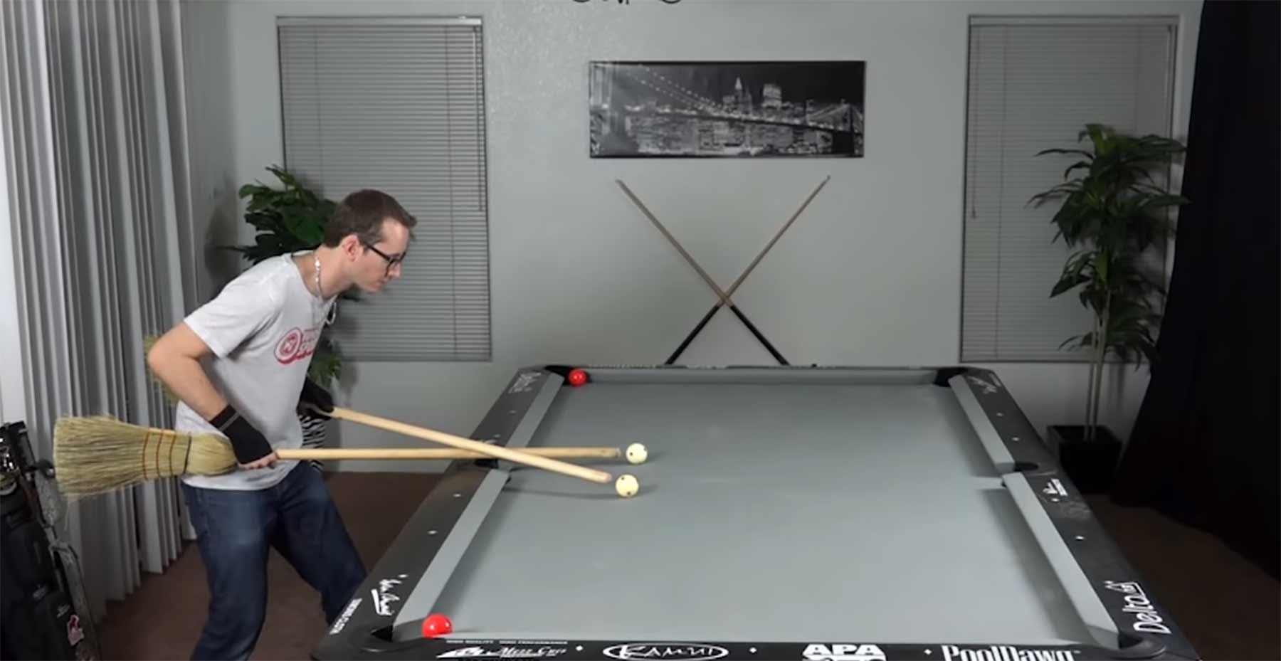 Billard Tricks mit einem Besen