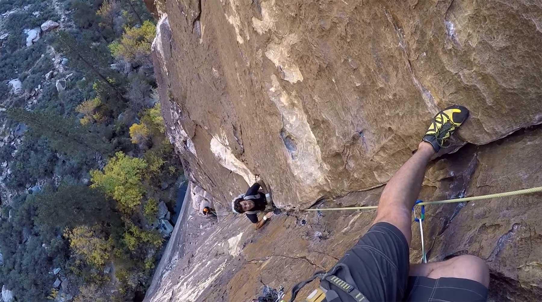 Freeclimber überholt Kletterer in schwindelerregender Höhe