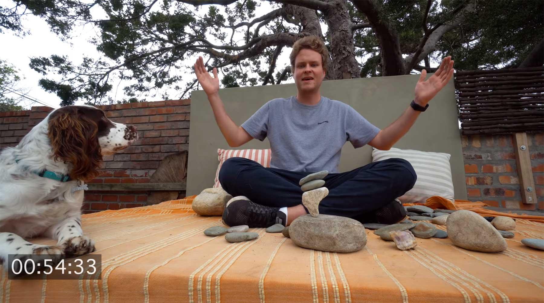 Luke Bell lernt, Steine zu balancieren