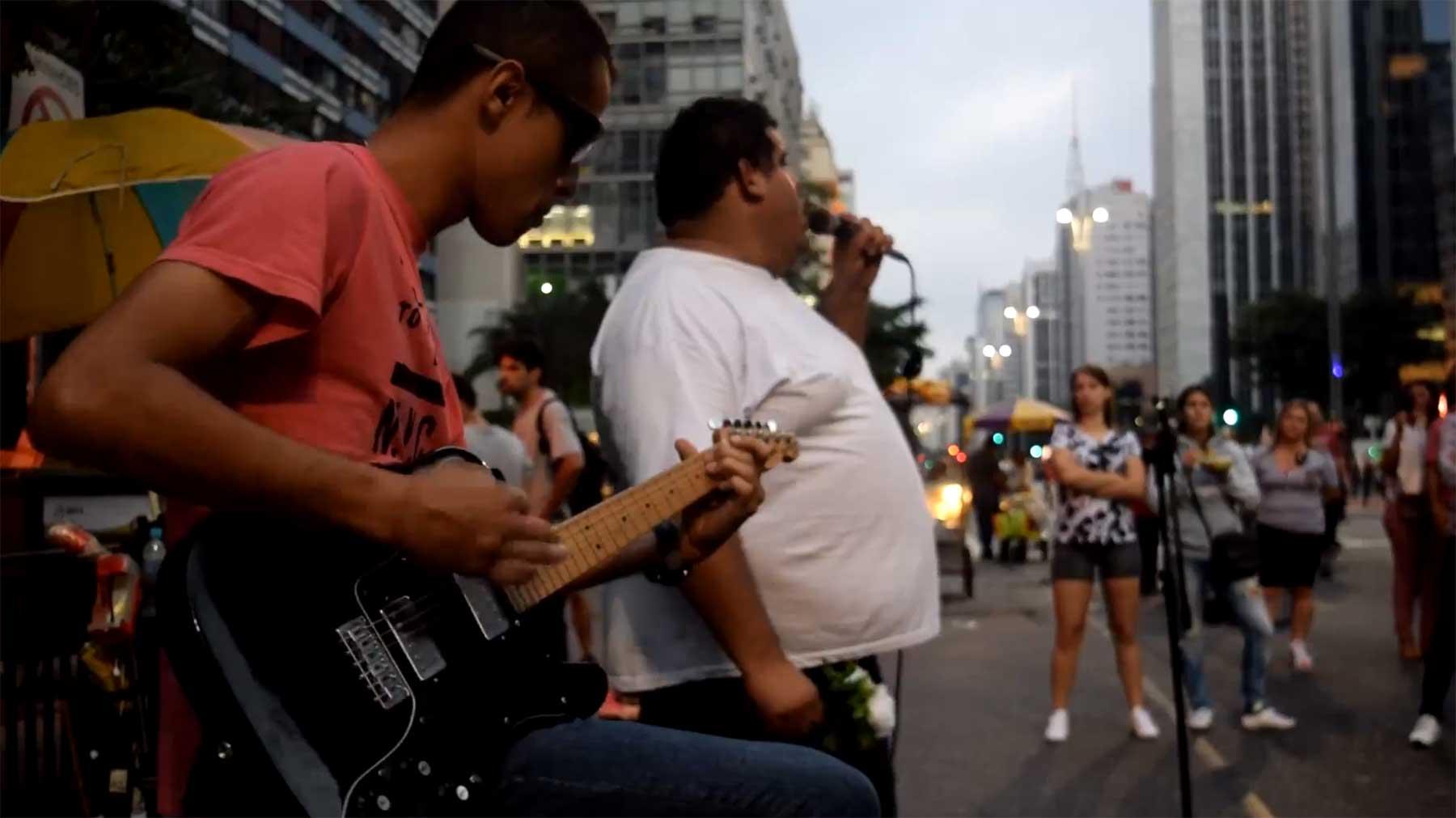 Band-Instrumente auf die Straße gestellt und abgewartet