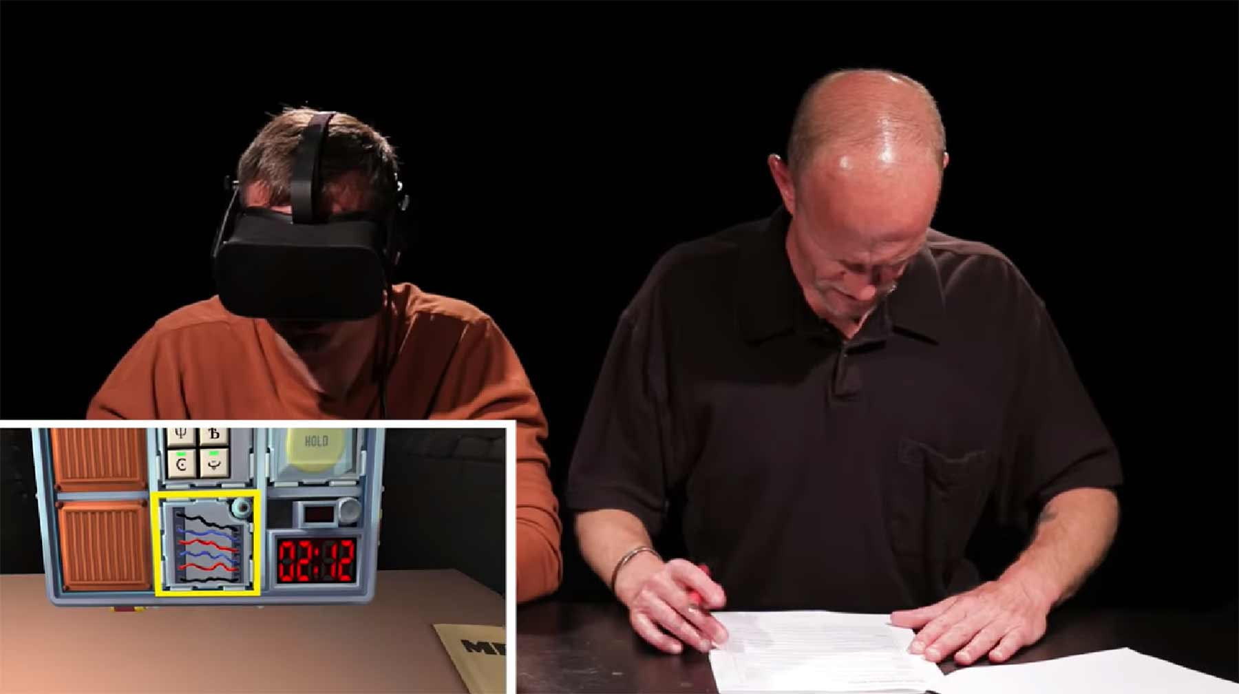 Bomben-Experten spielen Entschärfungs-VR-Spiel