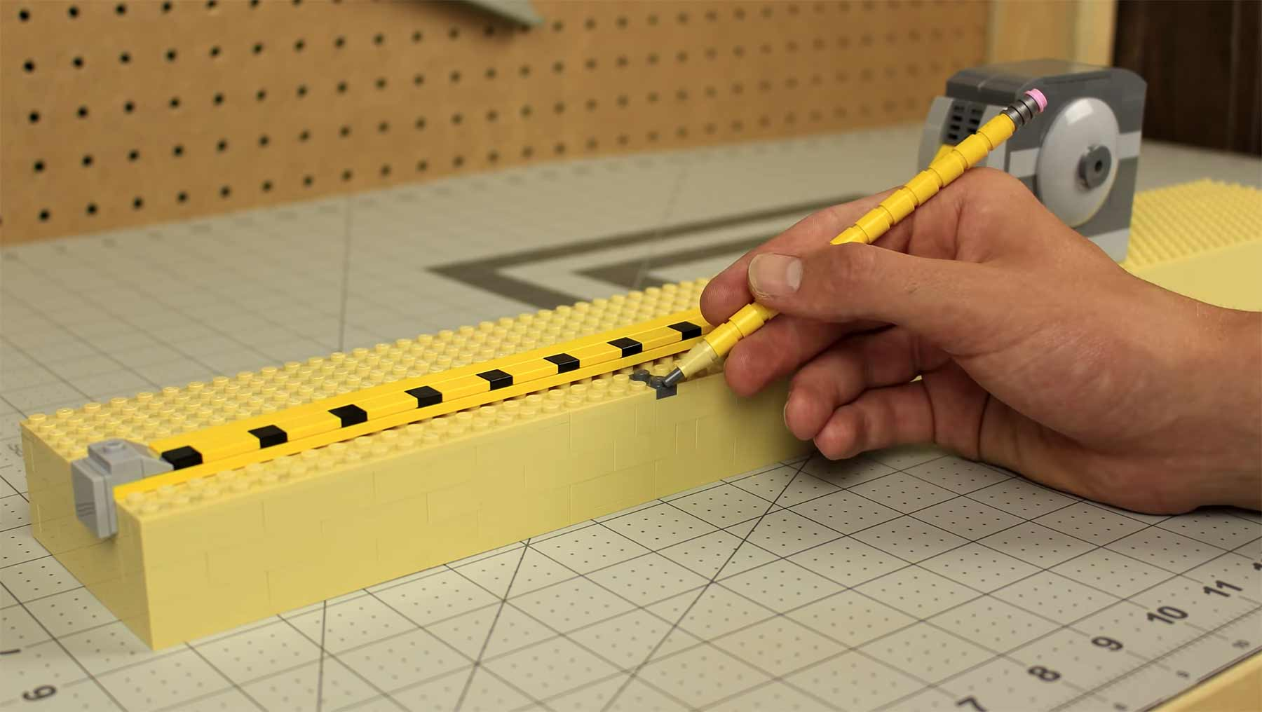 Stopmotion-Bau einer Holzente, aber alles ist aus LEGO
