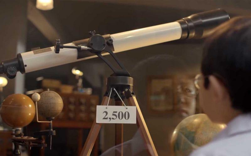 Der kleine Junge und das Teleskop