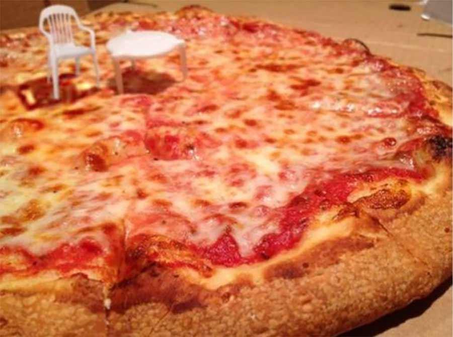 Pizzaabstandshalter wird zum Miniaturtisch boston-pizza-abstandshaltermoebel_02