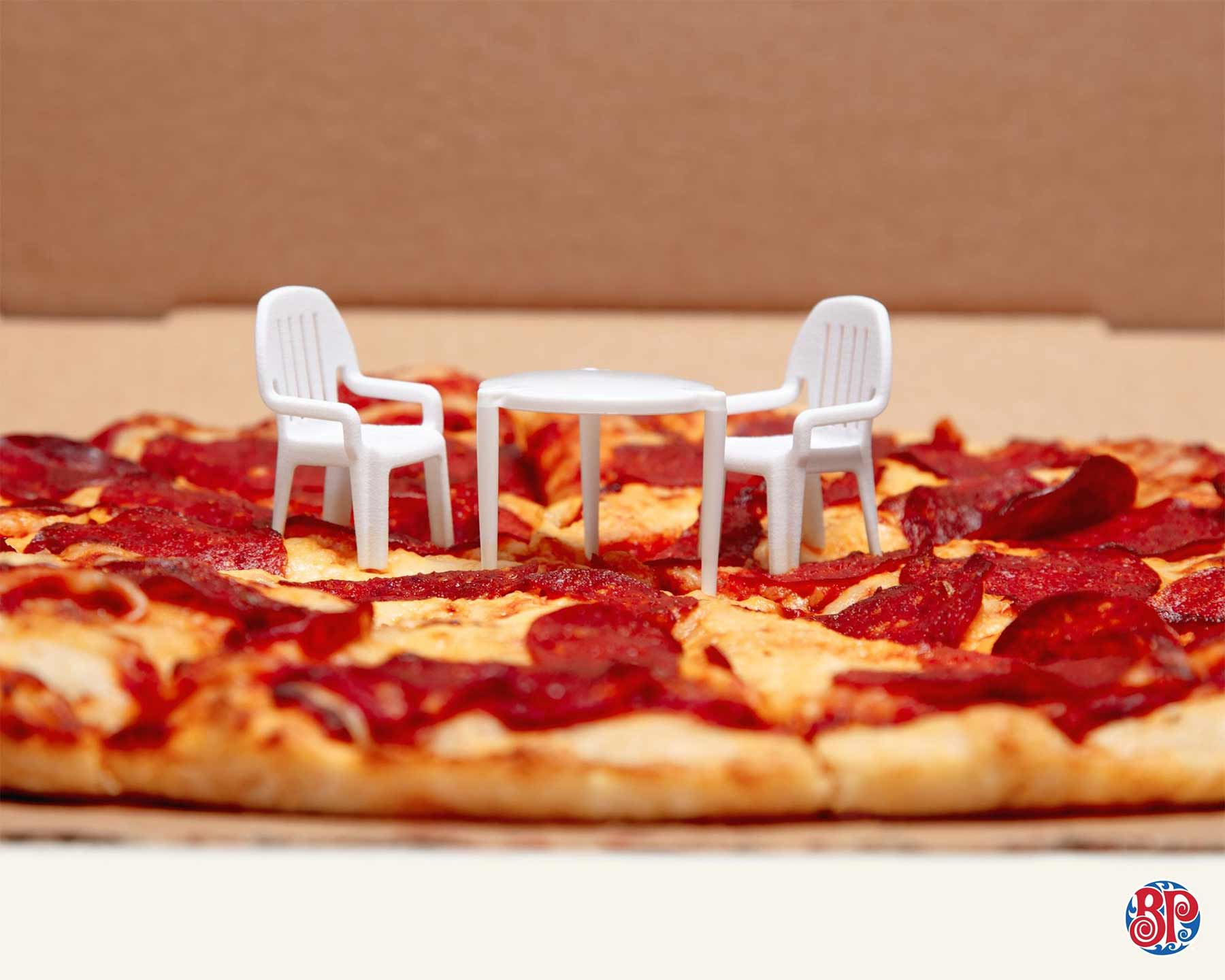Pizzaabstandshalter wird zum Miniaturtisch boston-pizza-abstandshaltermoebel_03
