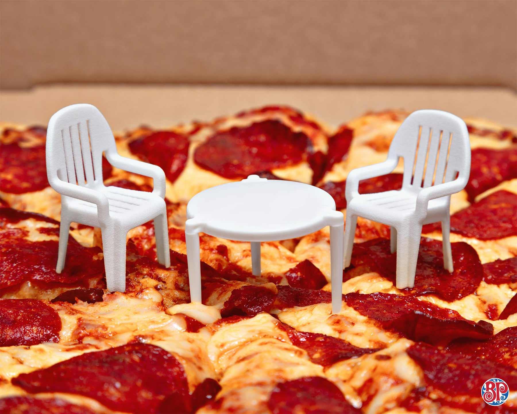 Pizzaabstandshalter wird zum Miniaturtisch boston-pizza-abstandshaltermoebel_04