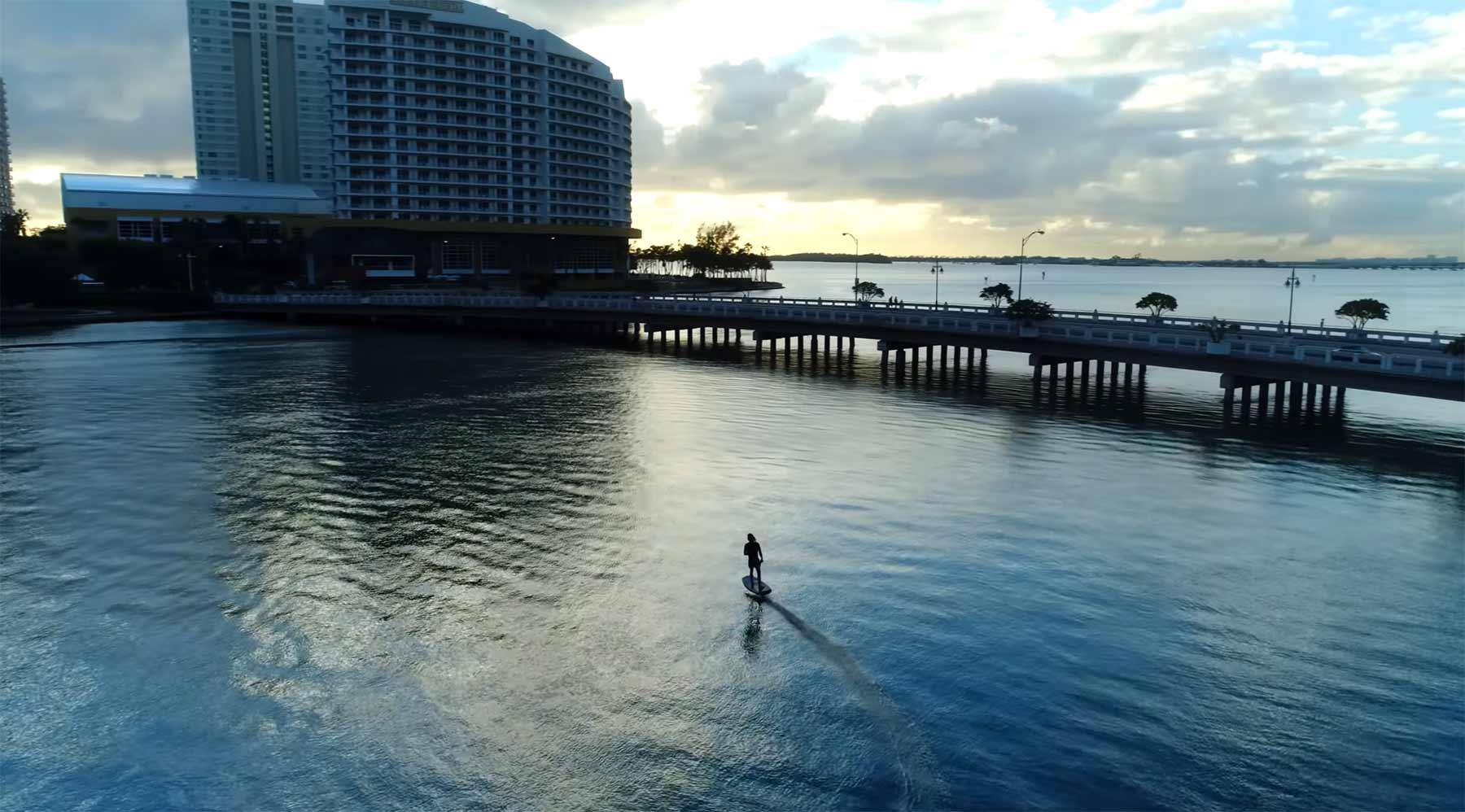 Auf dem elektrischen Surfbrett durch Miami gleiten