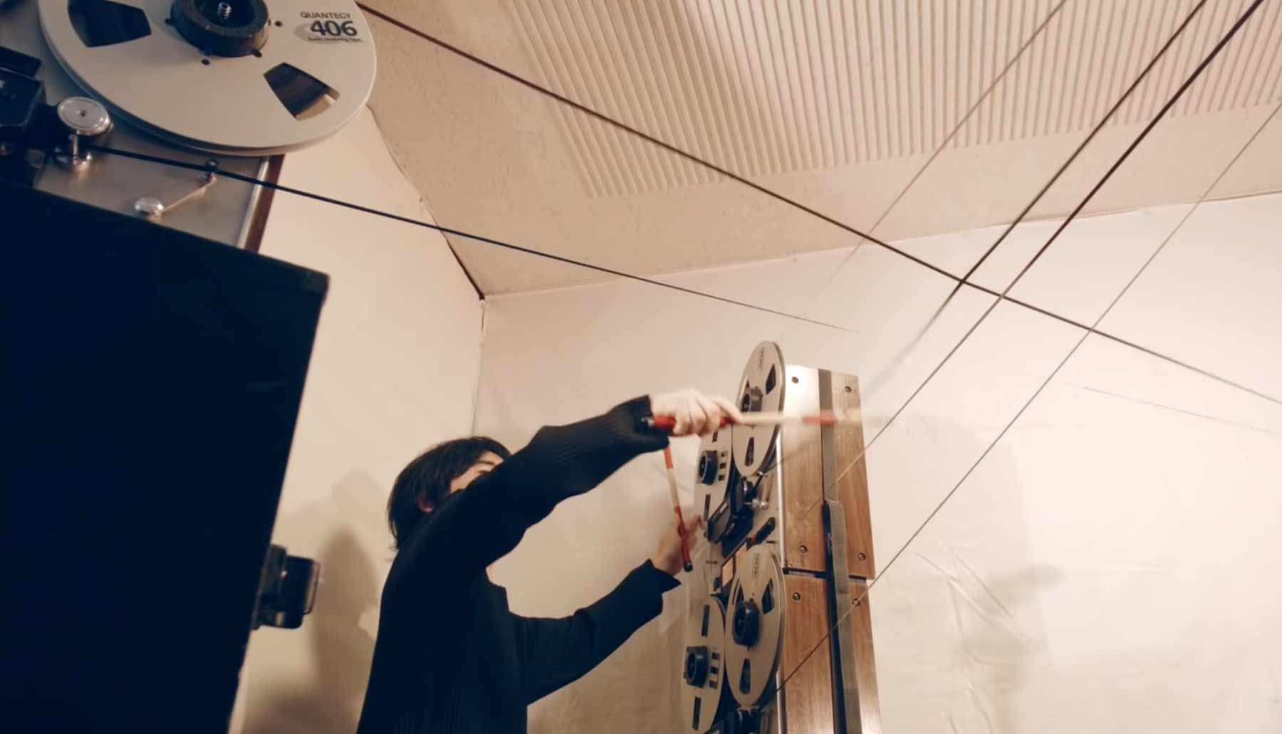 Wortwörtlich auf Tapes Schlagzeug spielen tape-tapping
