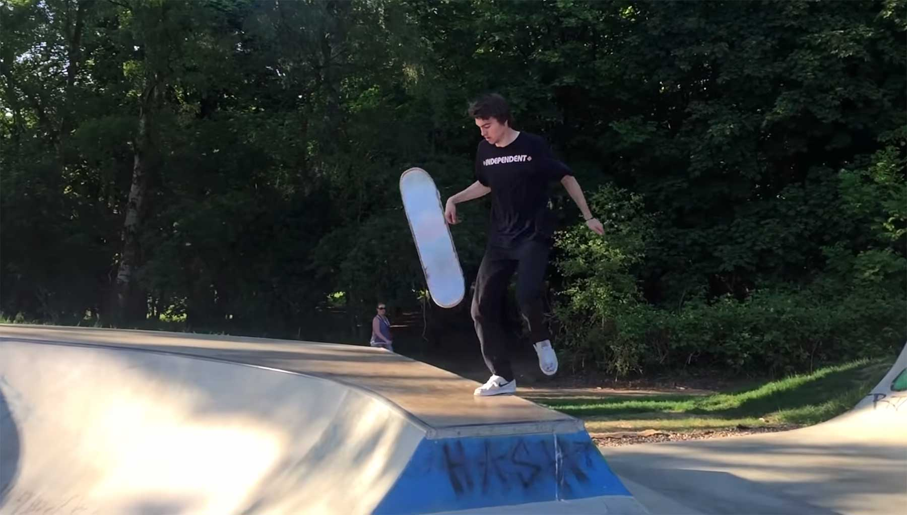 Smoothe Skateboard-Tricks von Ellis Frost Ellis-Frost-Summer-On-The-Telephone