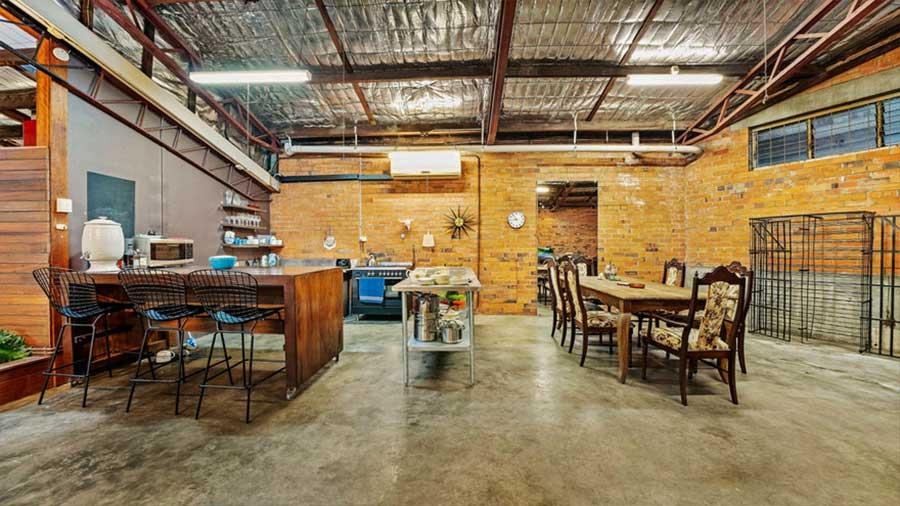 Diese alte Lagerhalle wurde für 1,2 Mio. Dollar verkauft the-coolest-house-in-brisbane_06
