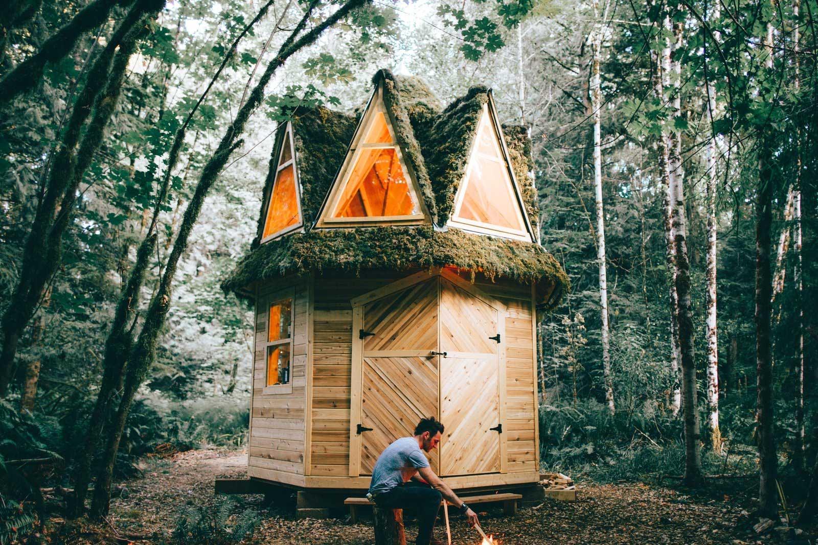 Mini-Holzhütte im Wald