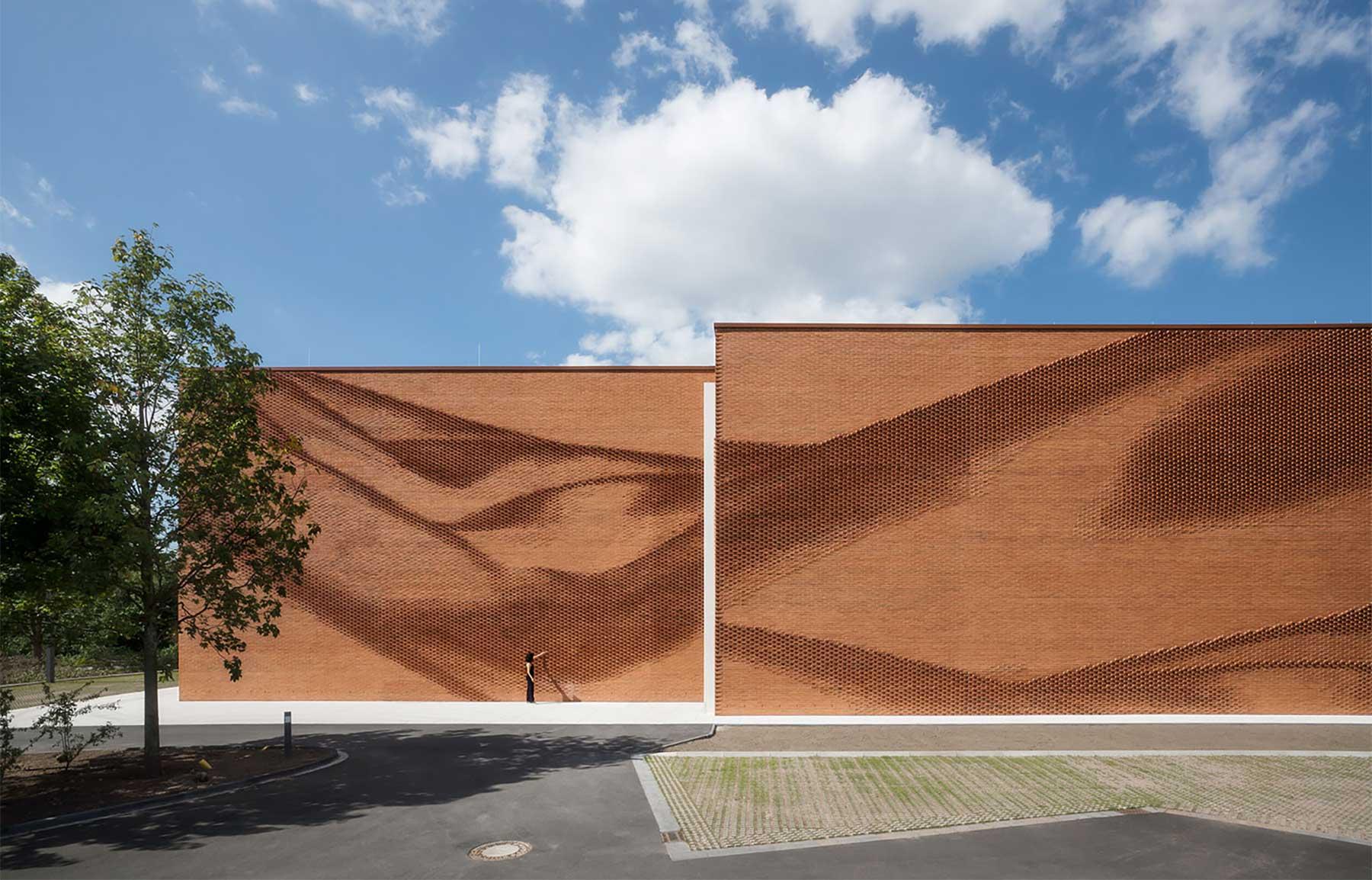Diese Mauer macht eine La-Ola-Welle VERWALTUNGSGEBAEUDE-TEXTILVERBAND-MUENSTER-WAND_02