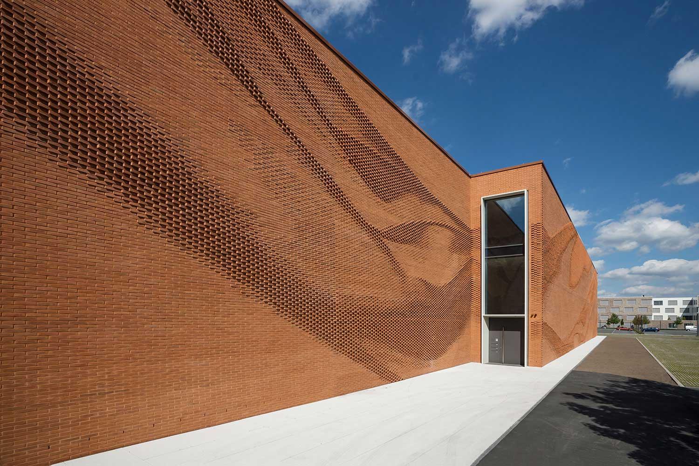 Diese Mauer macht eine La-Ola-Welle VERWALTUNGSGEBAEUDE-TEXTILVERBAND-MUENSTER-WAND_03