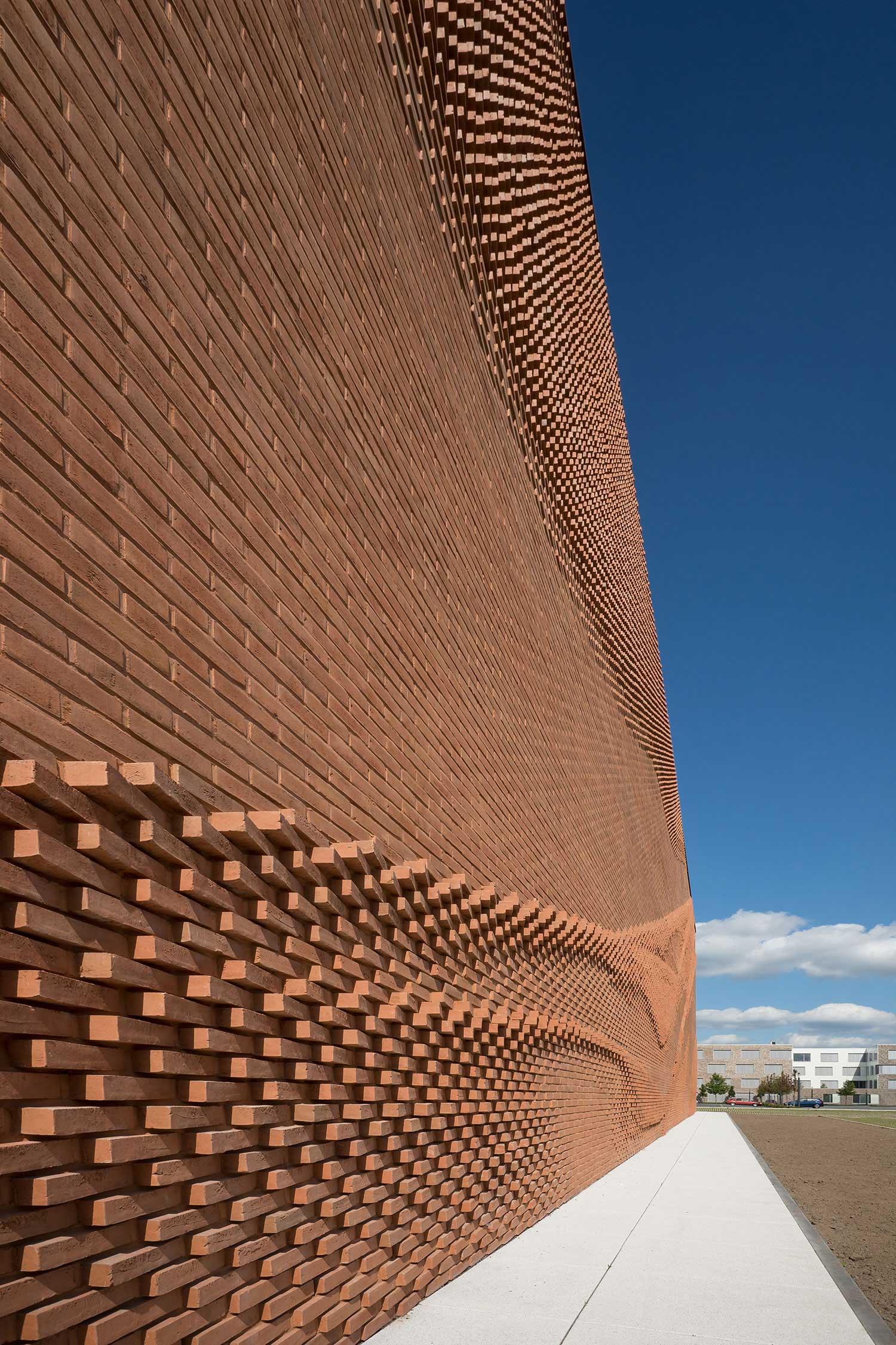 Diese Mauer macht eine La-Ola-Welle VERWALTUNGSGEBAEUDE-TEXTILVERBAND-MUENSTER-WAND_04