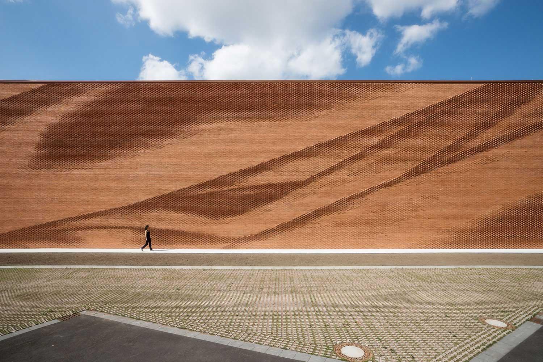Diese Mauer macht eine La-Ola-Welle VERWALTUNGSGEBAEUDE-TEXTILVERBAND-MUENSTER-WAND_06