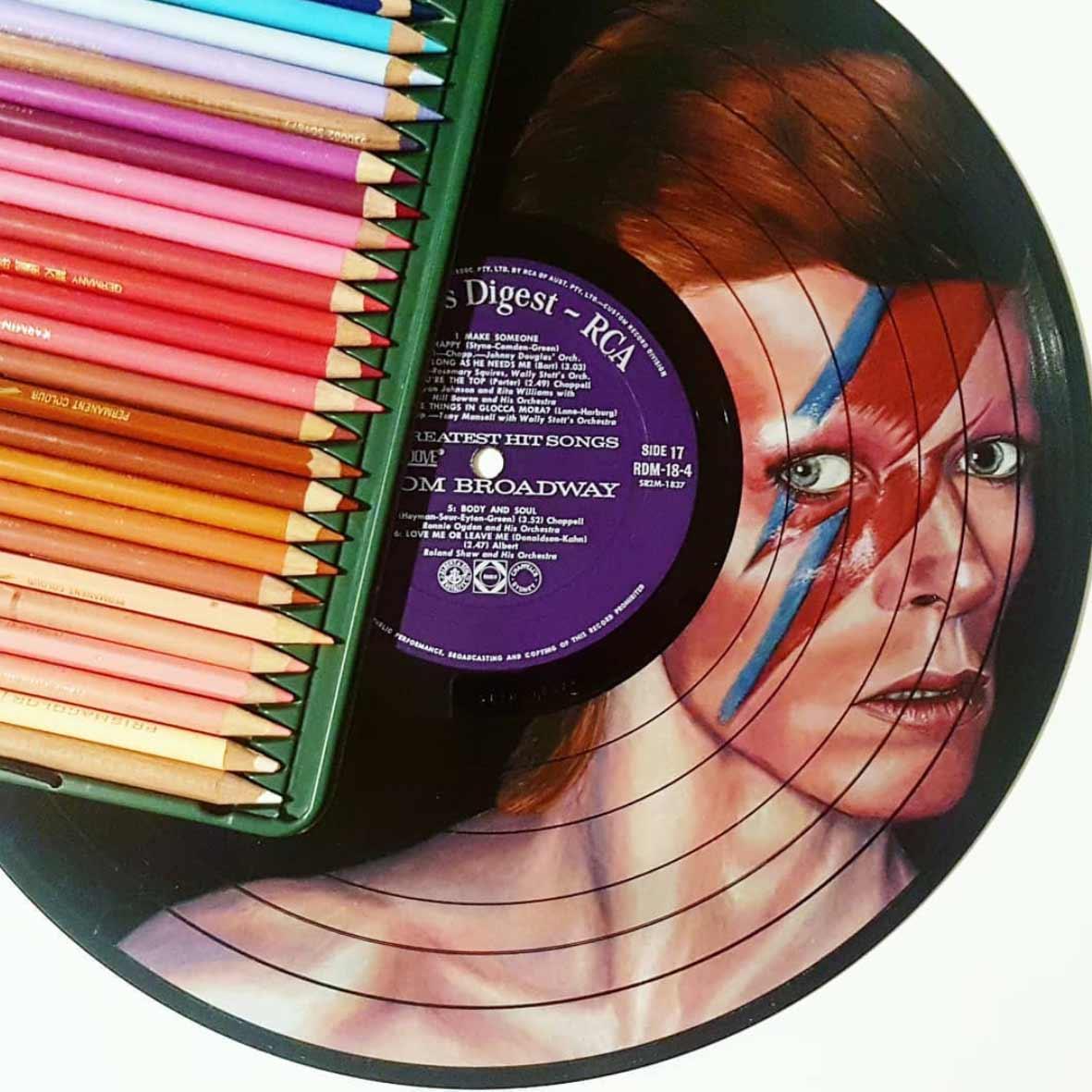 Auf Vinyl-Platten gemalte Musiker-Portraits