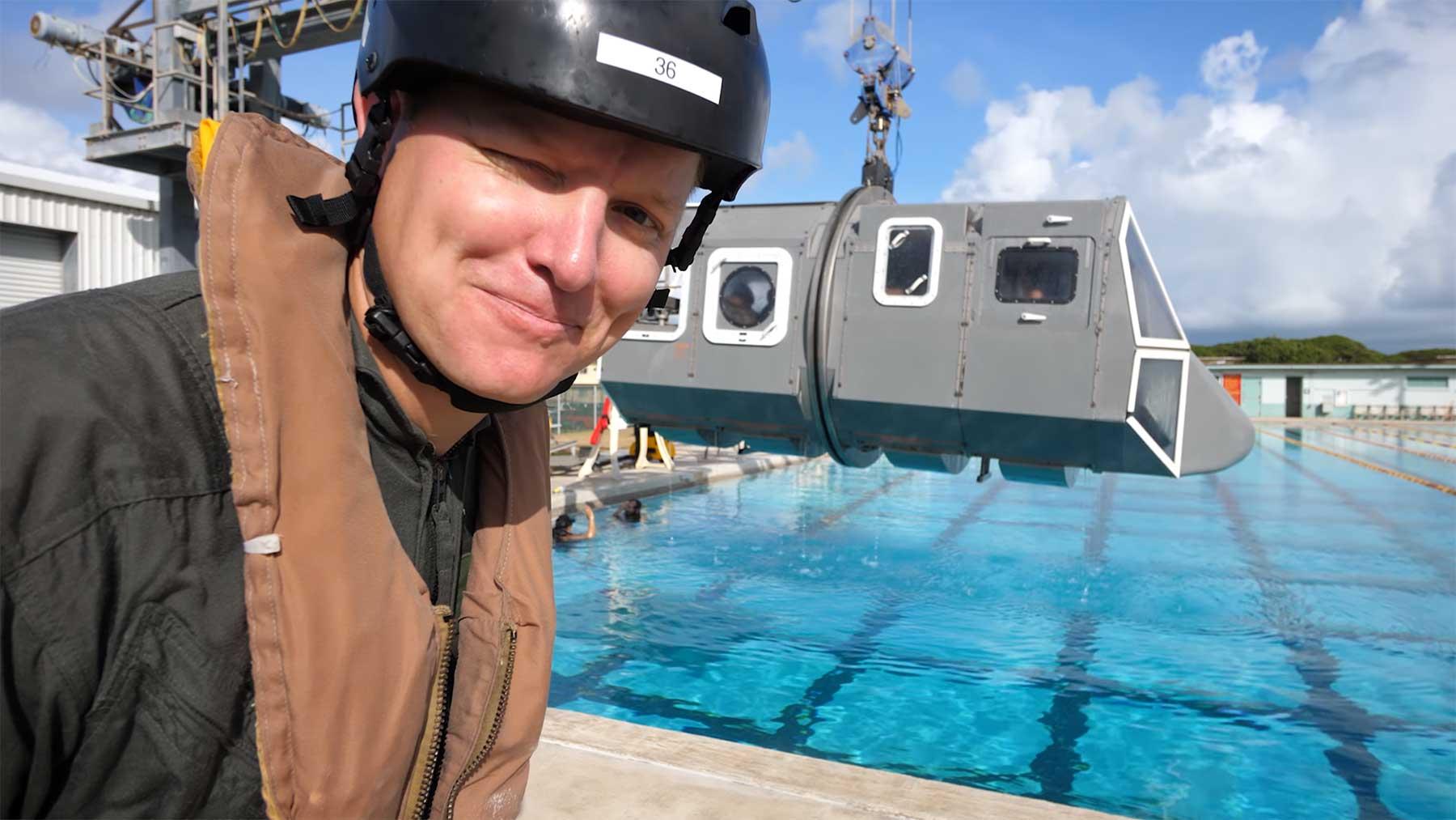 Sich aus einem unter Wasser sinkenden Hubschrauber befreien
