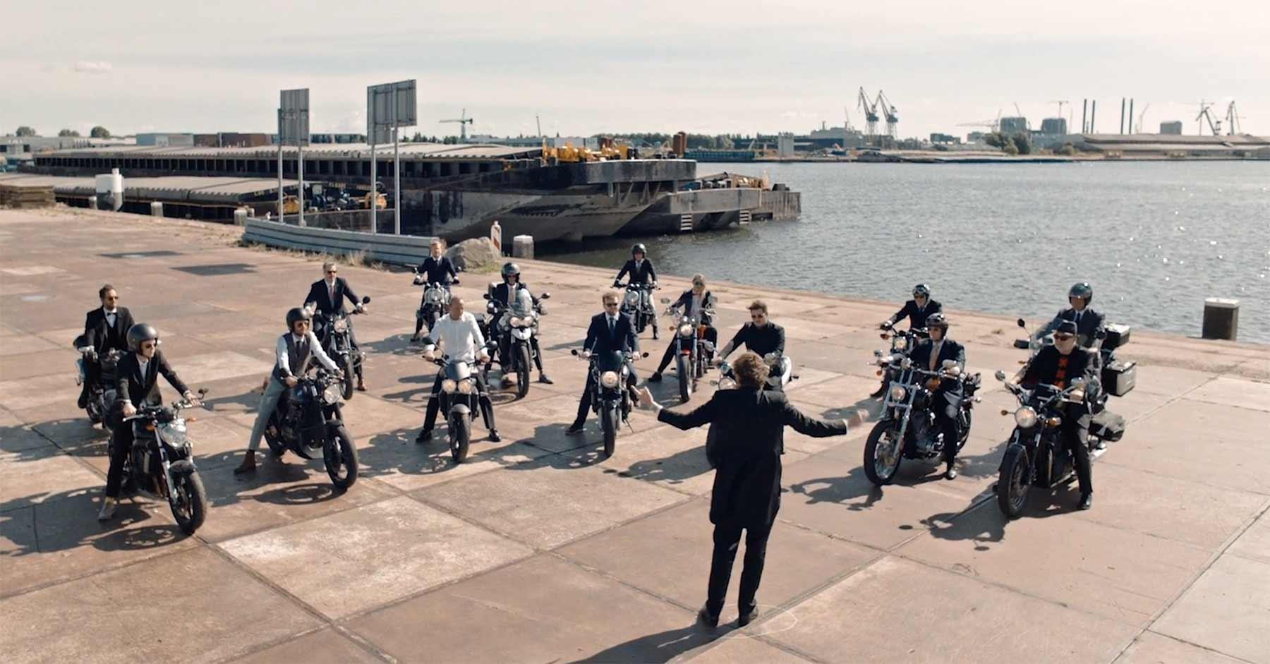 Ein Motorrad-Orchester spielt Richard Strauss