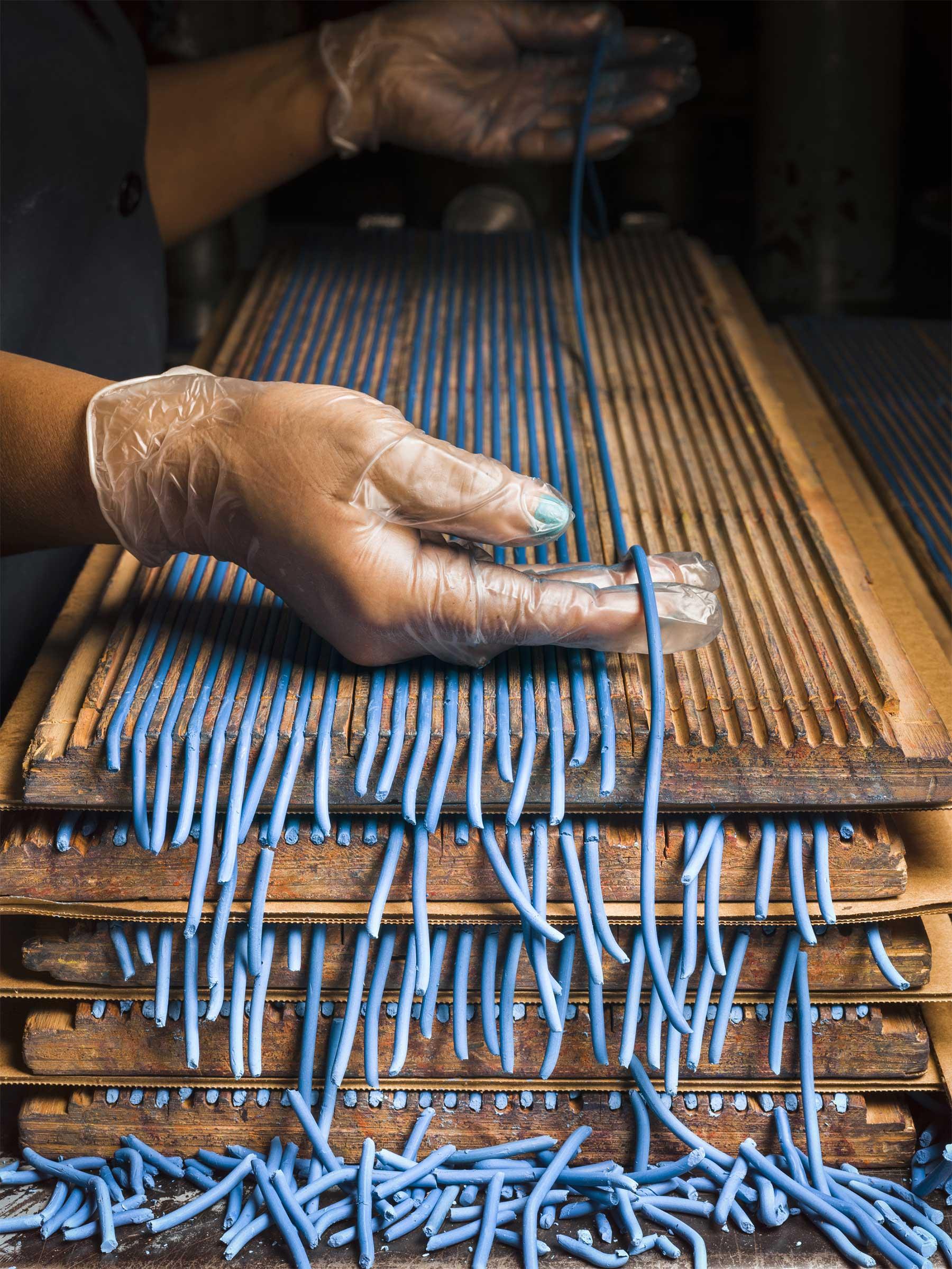 Zu Besuch in einer Bleistiftfabrik Christopher-Payne-general-pencil-company_03