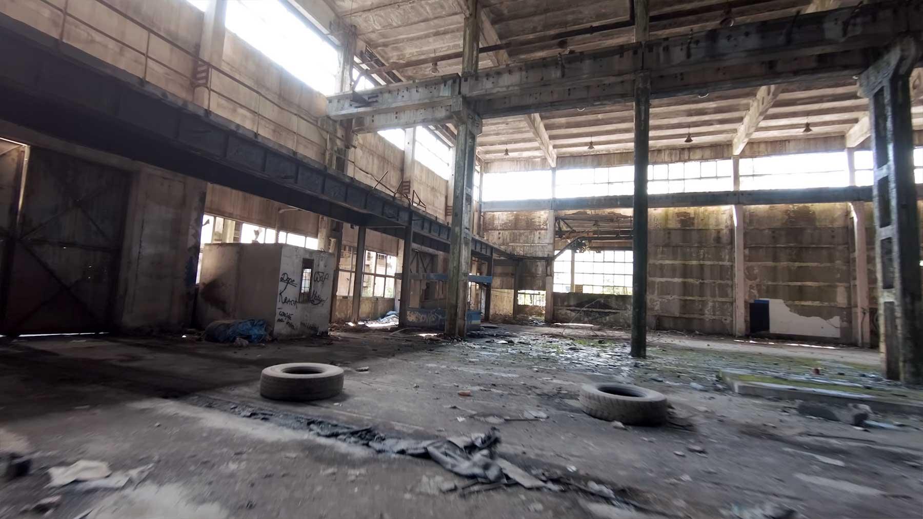 Mit der Drohne durch ein verlassenes Gebäude fliegen