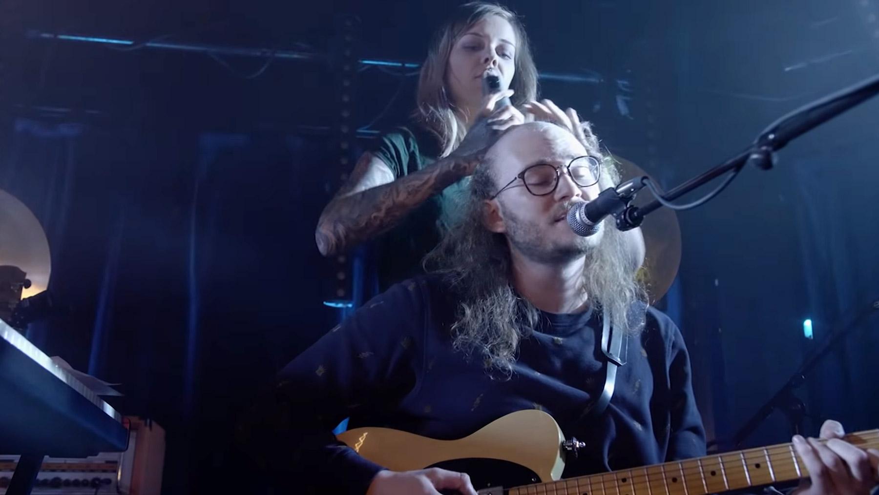 Jo Stöckholzer lässt sich während des Konzerts eine Glatze schneiden