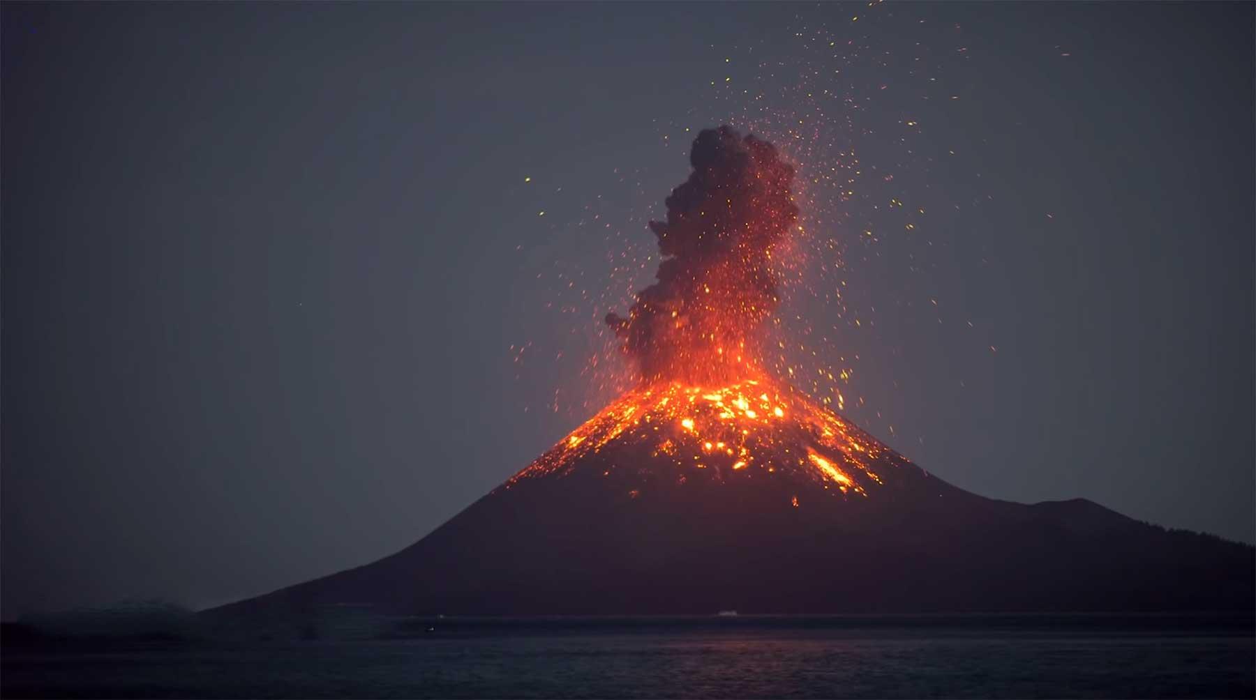 Vulkan-Feuerspucken in Echtzeit Krakatau-at-night