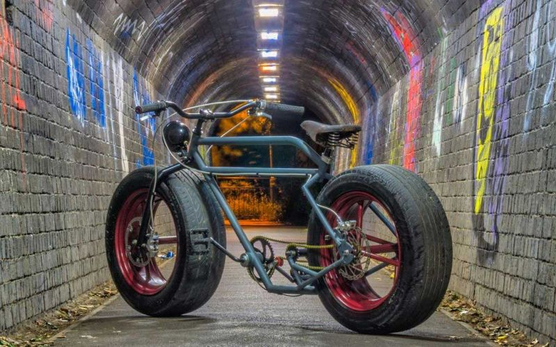 Ein Fahrrad mit Autoreifen