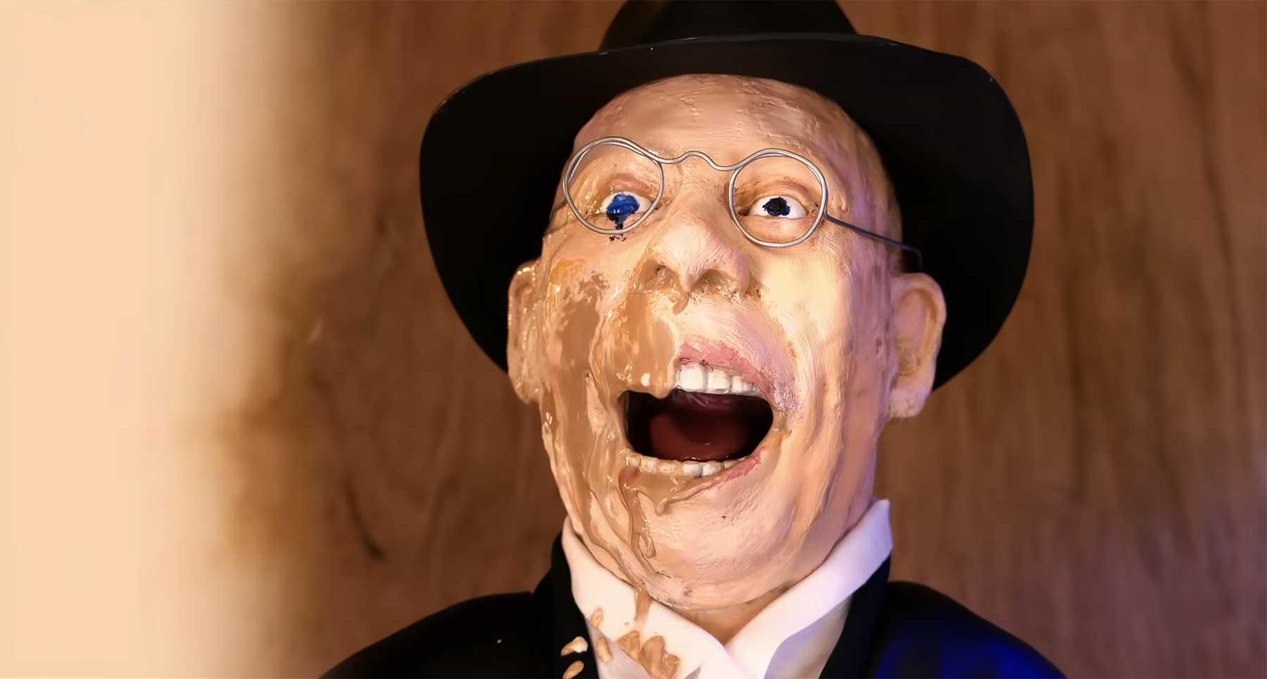 """Das zerfließende Gesicht aus """"Indiana Jones"""" mit Wachsmalern nachgestellt"""