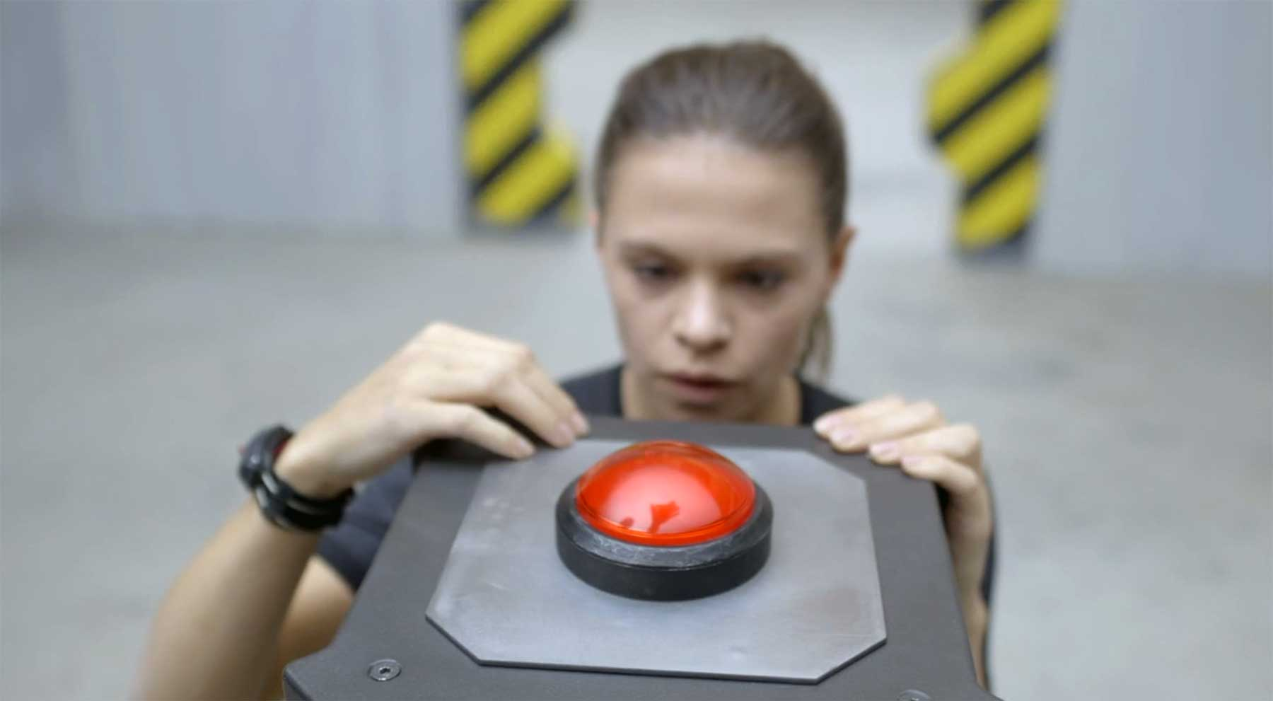 Sich vorm Drücken des großen roten Knopfes drücken? kurzfilm-ZOE-roter-knopf-1
