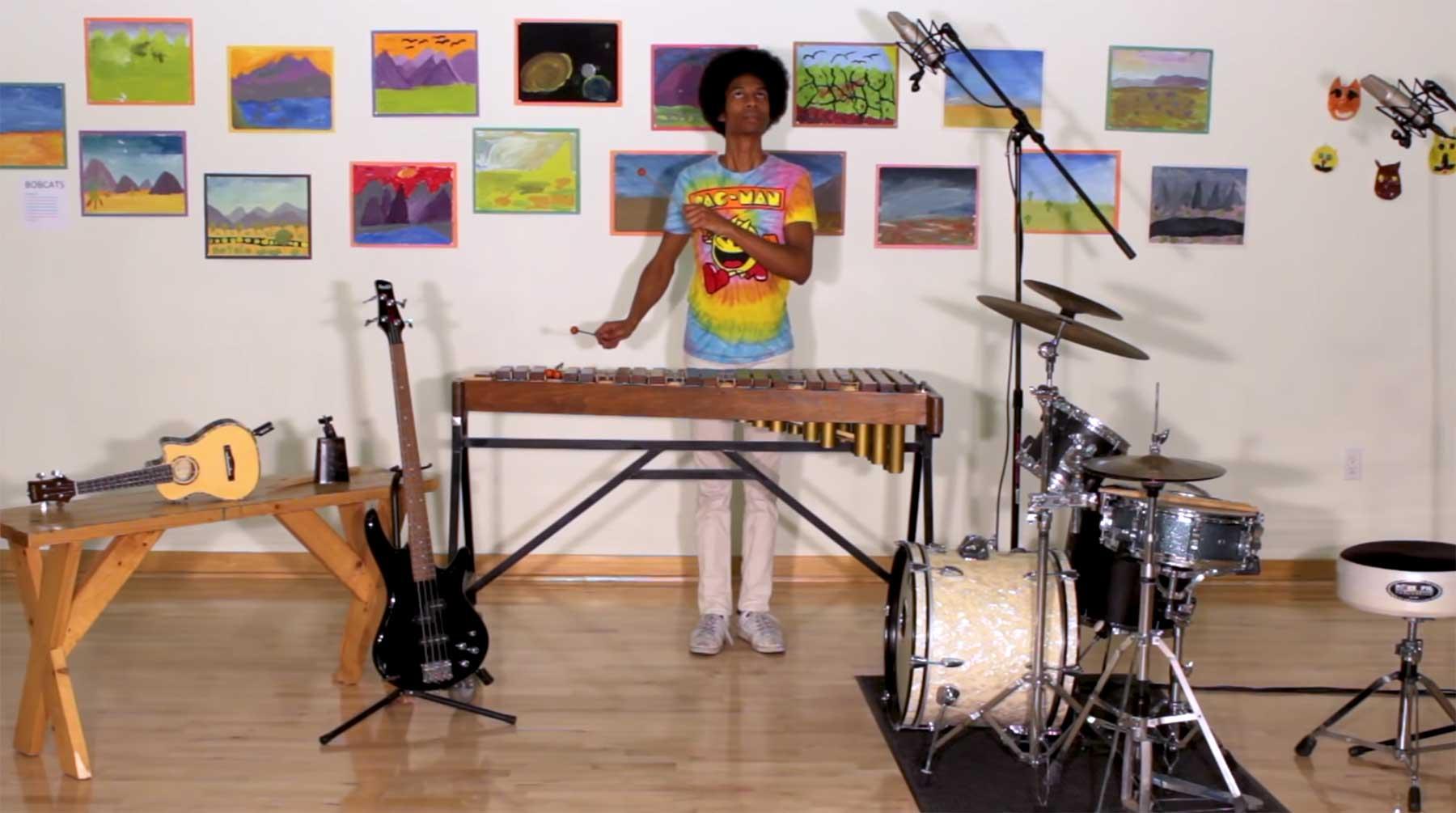 AaronGrooves musiziert rund um das Pac-Man-Theme herum