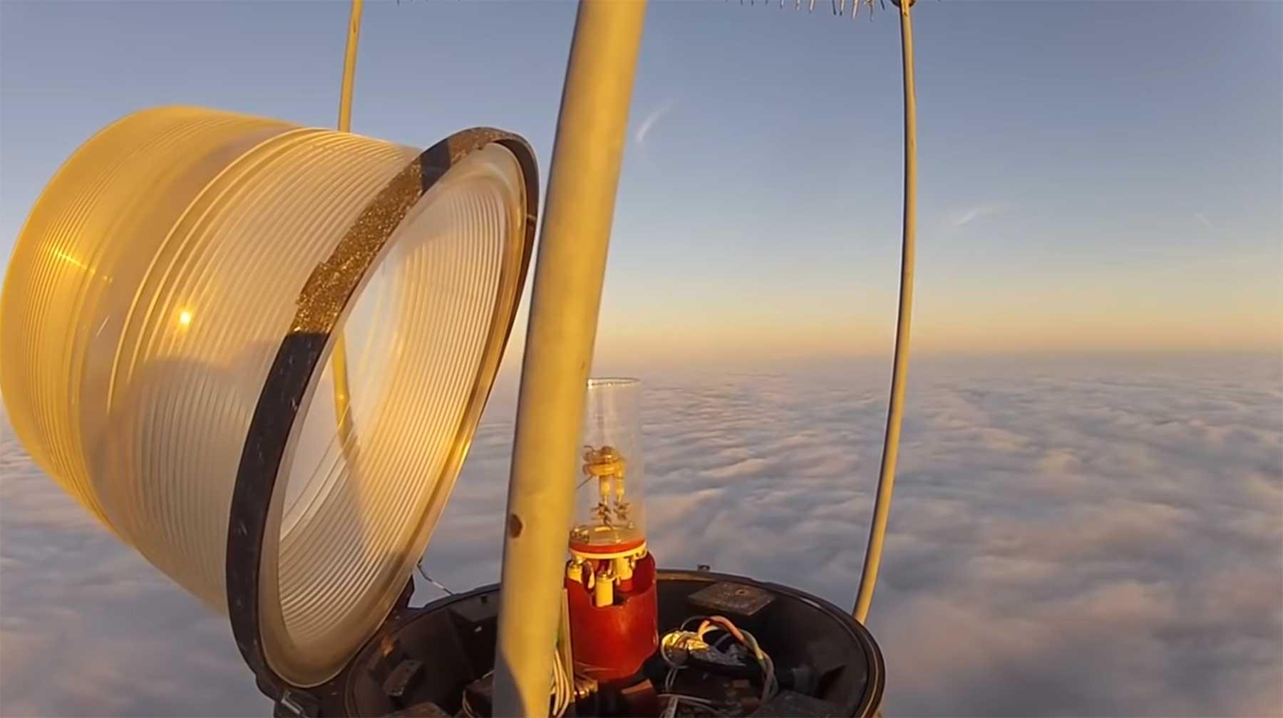 Eine Glühbirne auf einem 610 Meter hohen Turm auswechseln