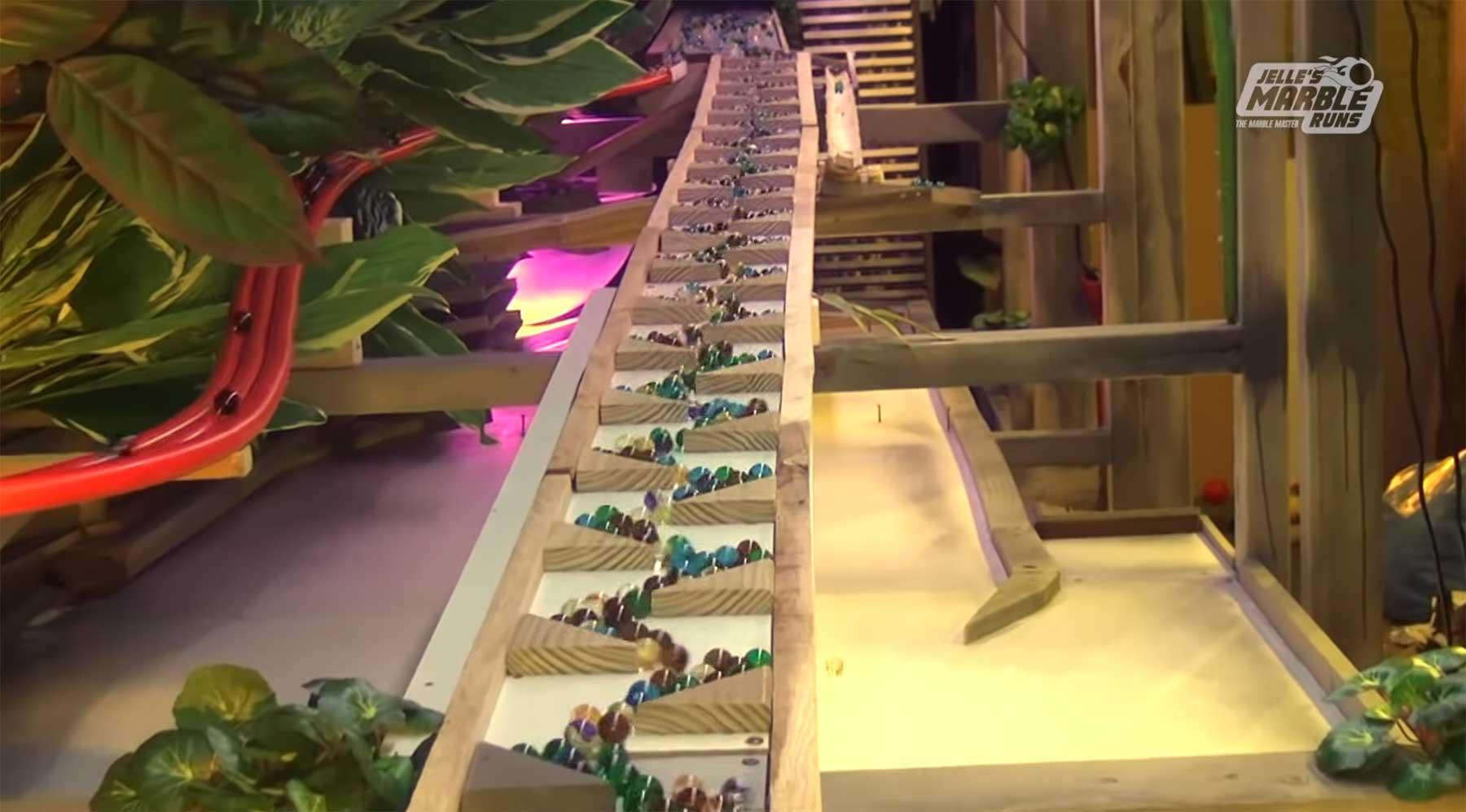 11.000 Murmeln auf einer Bahn