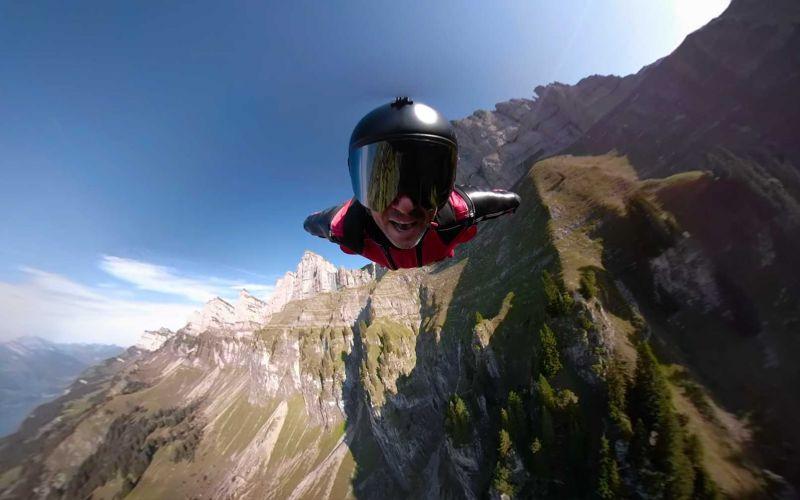 Sänger performt Song im Wingsuit-Flug