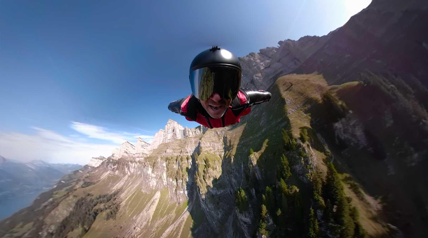 Sänger performt Song im Wingsuit-Flug wingsuit-musikvideo-im-freien-fall-singen