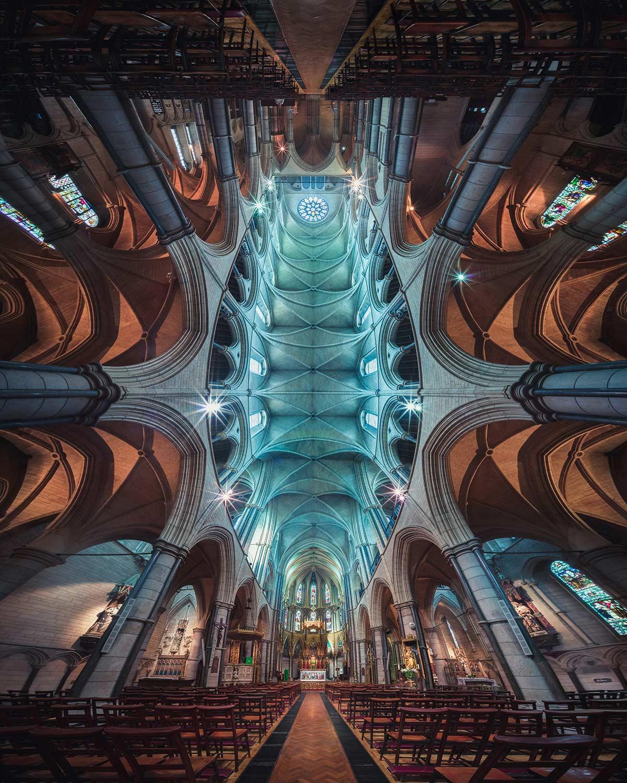 Kirchen vom Eingang bis zum Altar in einem Bild