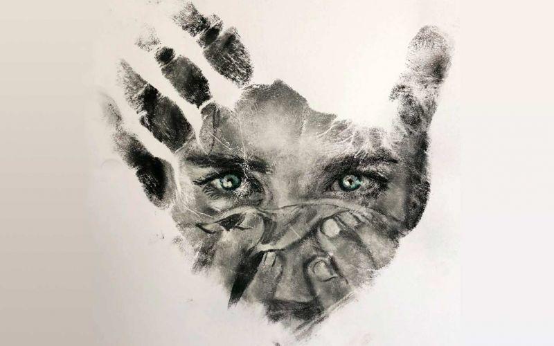 Russell Powell malt seine Hand an und stempelt damit Bilder