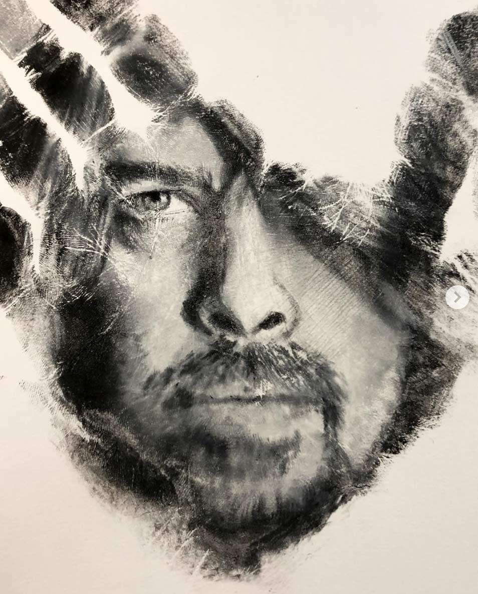 Russell Powell malt seine Hand an und stempelt damit Bilder Russell-Powell-hand-art_09