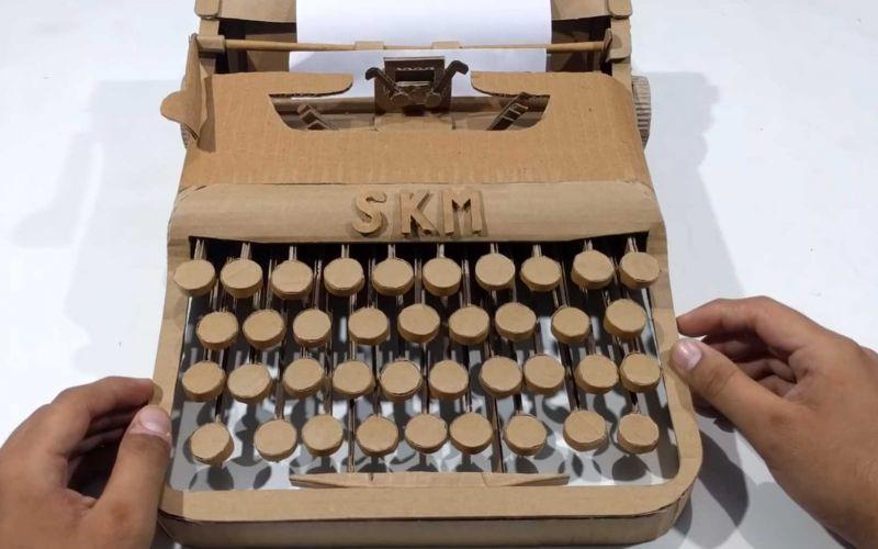 Schreibmaschine aus Pappe