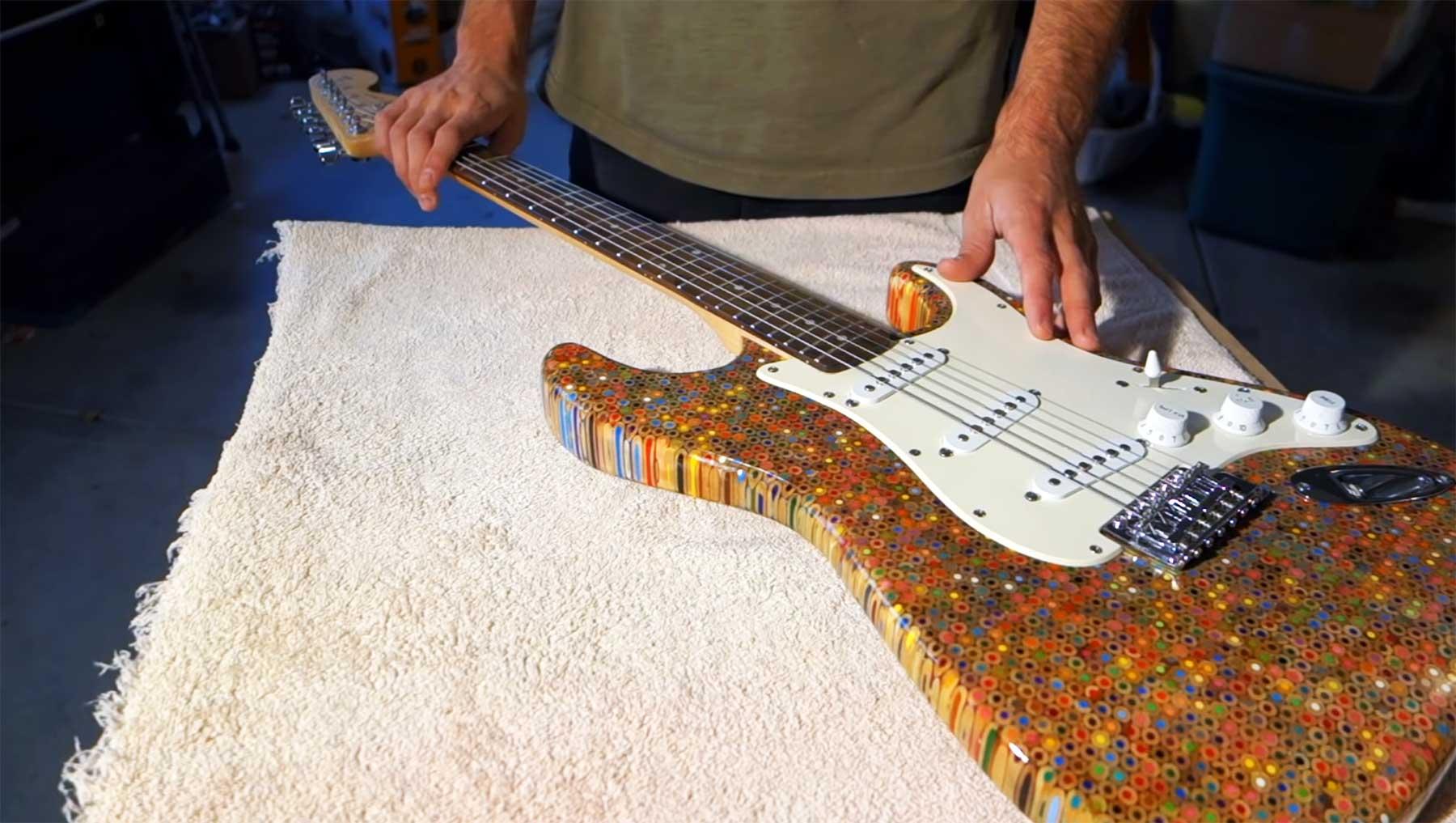 E-Gitarre aus 1.200 Buntstiften bunststift-gitarre