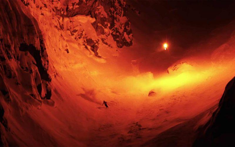 Nächtliche Skifahrt mit fliegendem Bengalo-Feuer