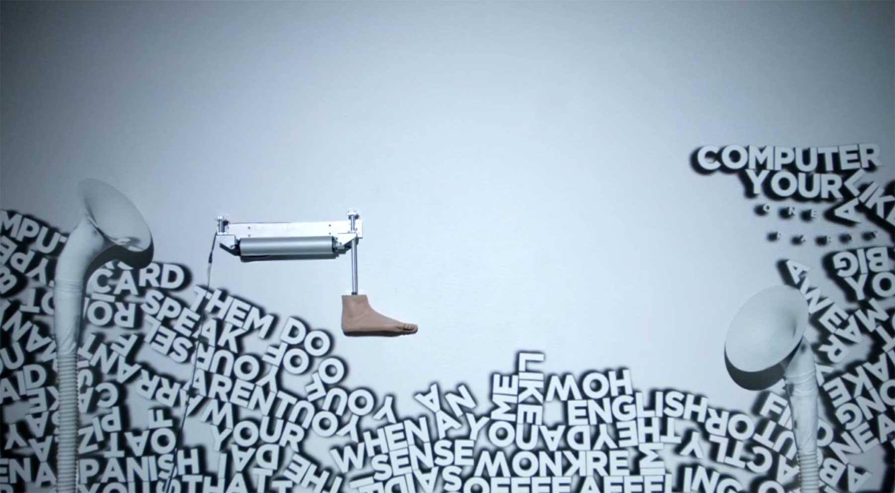 Diese Kunst-Installation tritt Wörter durch die Gegend