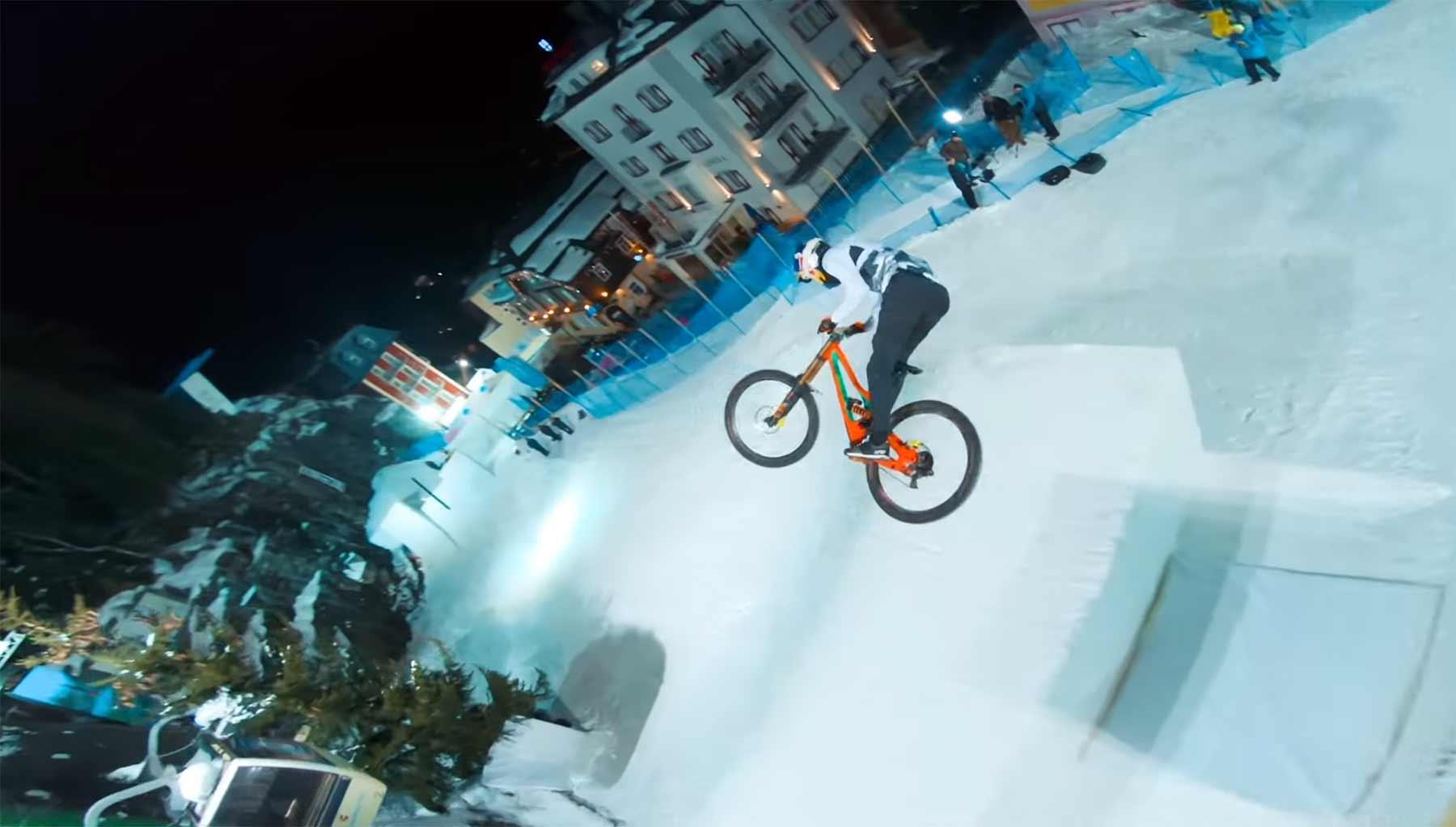 Fabio Wibmer fährt Freestyle Ski-Kurs mit dem Mountainbike ab